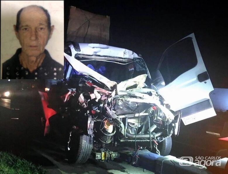 Caminhão ficou com a frente destruída após o acidente. - Crédito: Grupo Rio Claro