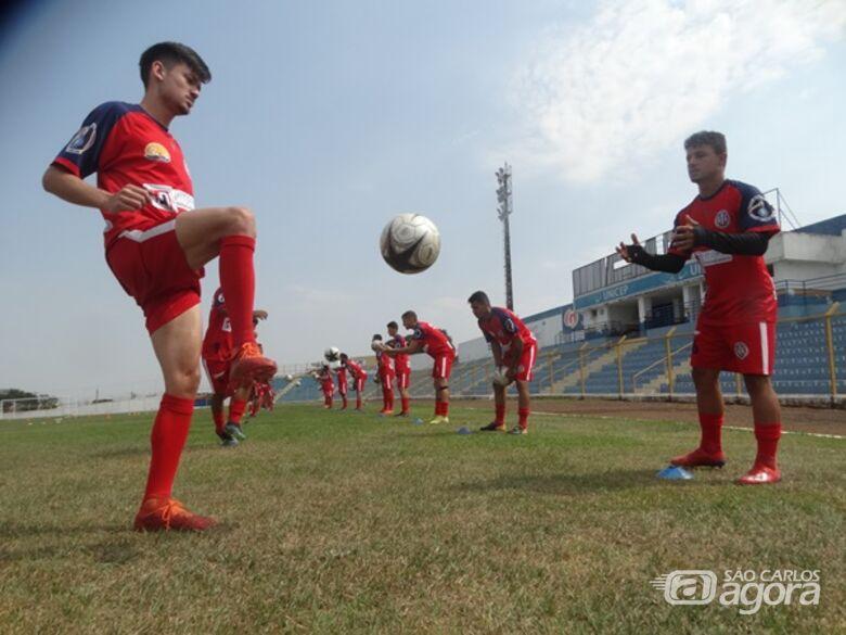 Jogadores se aquecem antes dos treinos no Luisão: Amparo virá a São Carlos para segundo jogo-treino - Crédito: Marcos Escrivani