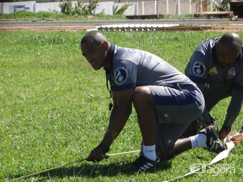 Marcus Vinícius auxilia na demarcação do gramado no CT, antes do início das atividades com bola - Crédito: Marcos Escrivani