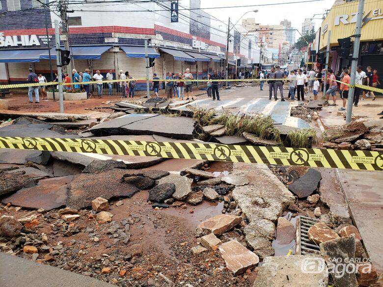 Rua Episcopal destruída após enchente que atingiu o centro da cidade em janeiro - Crédito: Arquivo/SCA