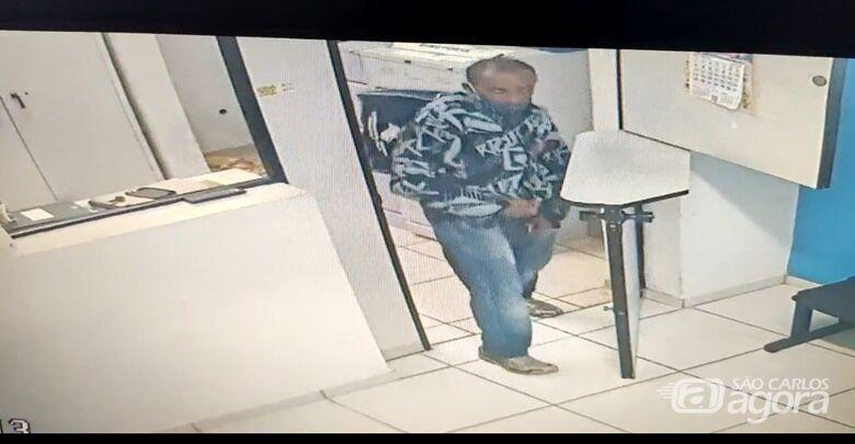 Câmeras de segurança flagram furto em sindicato no Centro - Crédito: Reprodução