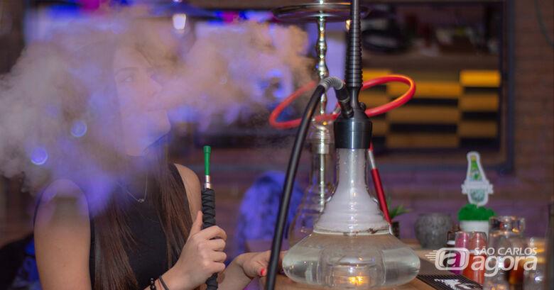 Muitos ainda acreditam que o narguilé é menos prejudicial que o cigarro. Mas uma sessão de 60 minutos equivale a um consumo médio de 119 litros de fumaça, o que corresponde a quatro vezes mais nicotina, de 60 a 100 vezes mais alcatrão e 15 vezes mais monó - Crédito: Christo Anestev / Pixabay