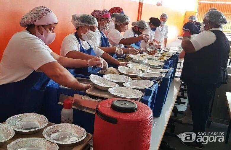 Restaurante Popular do São Carlos VIII ofereceu 500 marmitex no primeiro dia de funcionamento - Crédito: Divulgação