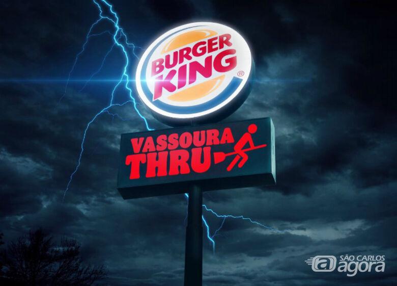 Após erro no site do Burger King, gerência confirma que loja do Passeio dará lanche de graça para quem for de vassoura no drive-thru - Crédito: Divulgação