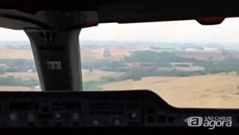 Vídeo gravado de dentro da cabine mostra pouso do gigante Airbus A350 em São Carlos - Crédito: Reprodução