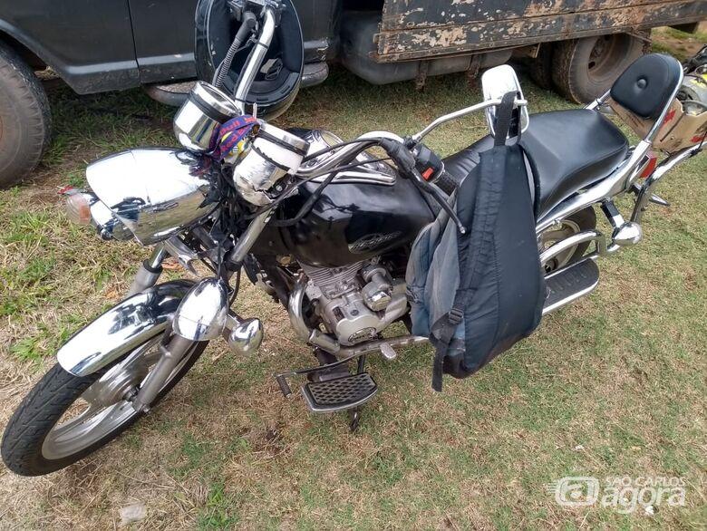 Moto e carro colidem em rotatória que dá acesso ao Aracy - Crédito: Maicon Ernesto