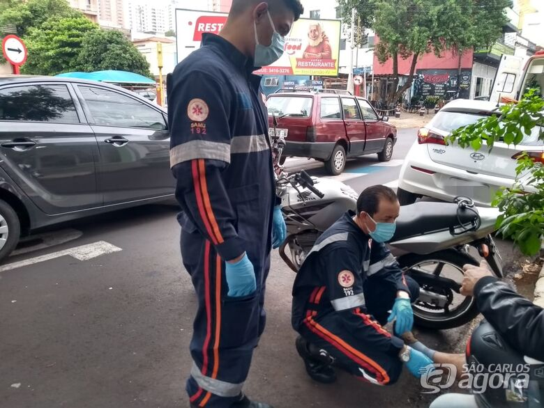Colisão traseira deixa motociclista ferido no centro de São Carlos - Crédito: Maicon Ernesto