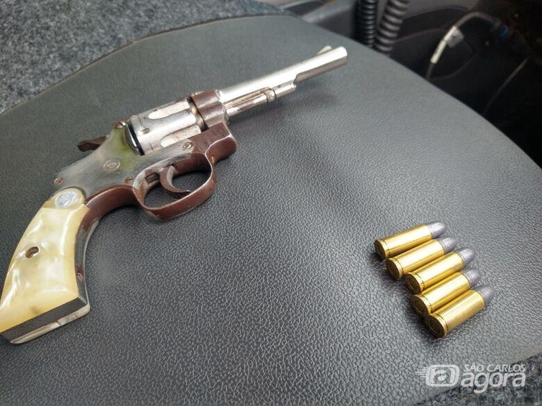 Arma de fogo é apreendida em salão de beleza, no Cidade Aracy - Crédito: Luciano Lopes
