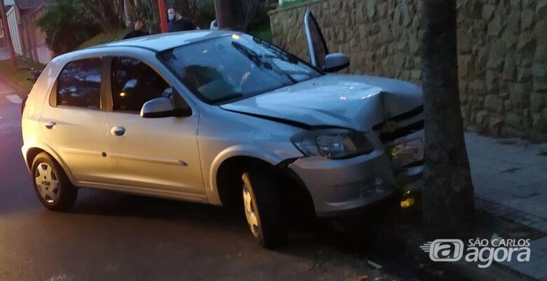 Carro bate em árvore após ser atingido por moto na região central - Crédito: Maycon Maximino