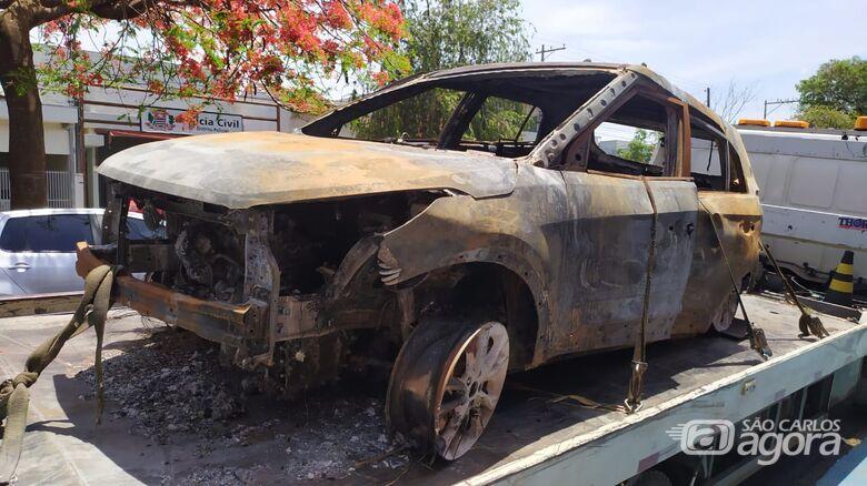 Carro produto de roubo é localizado queimado na zona rural de São Carlos - Crédito: Maycon Maximino