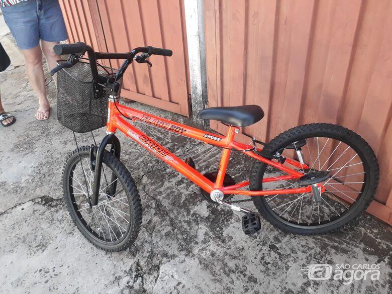 Bike é abandonada em mata atrás de um parque de diversões -
