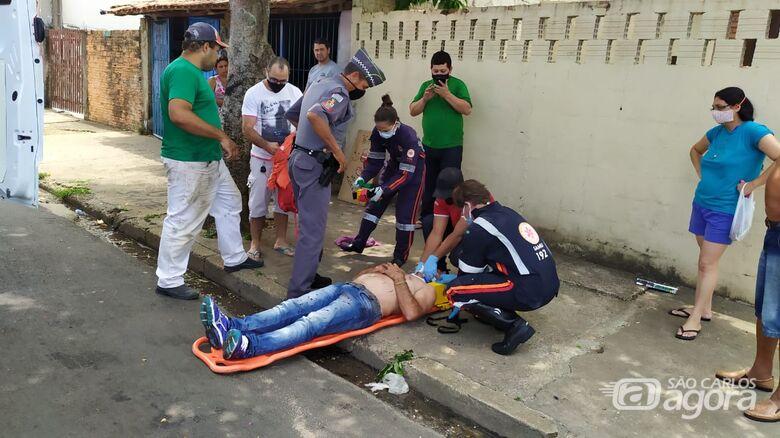 Gol freia e motociclista não consegue evitar colisão traseira - Crédito: Maycon Maximino