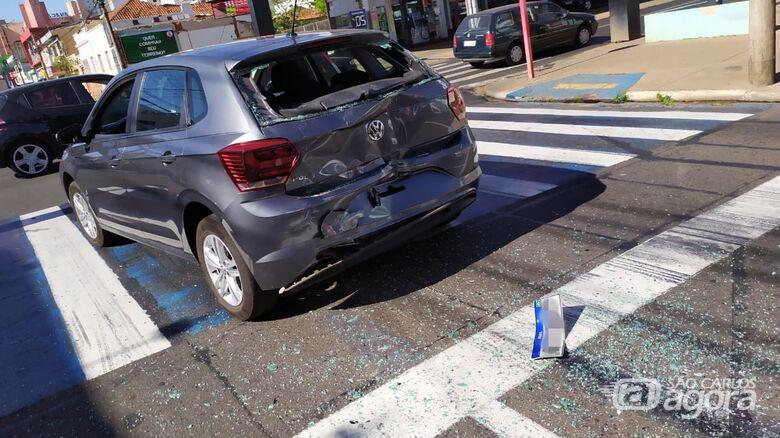 Dois carros e um ônibus se envolvem em colisão no centro - Crédito: Maycon Maximino