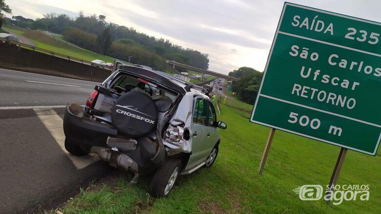 Traseira do CrossFox ficou destruída: homem que estava no veículo ficou ferido e sentia dores no peito - Crédito: Maycon Maximino