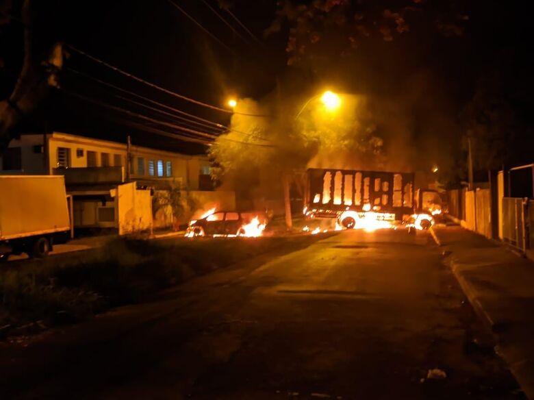 Veículos foram incendiados ao lado do batalhão da PM - Crédito: Redes sociais