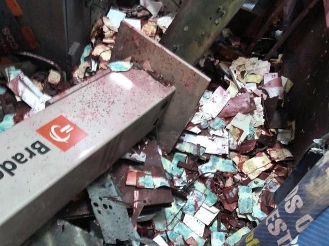 Cédulas ficaram espalhadas pelo chão - Crédito: José Alexandre Barsaglin