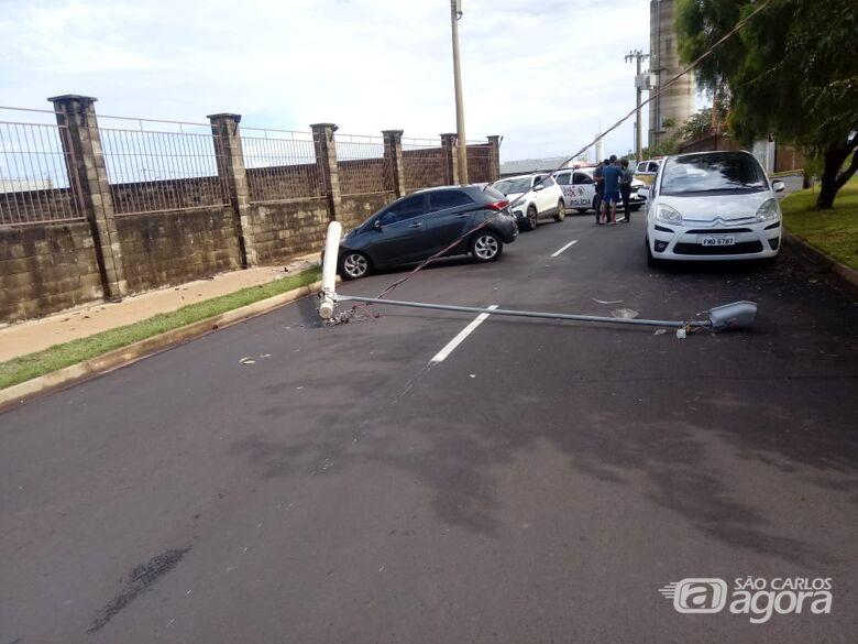 Carro derrubou poste na região do Bosque São Carlos - Crédito: Colaborador/SCA