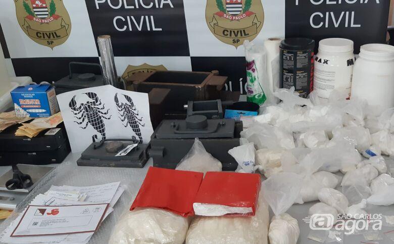 Drogas e material relacionado ao tráfico de entorpecentes que foram apreendidos na casa. - Crédito: São Carlos Agora