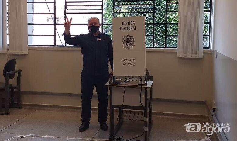 Deonir faz sinal de vitória ao lado da cabina de votação - Crédito: Abner Amiel