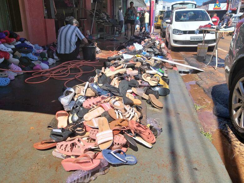 Sapatos espalhados na calçada - Crédito: São Carlos Agora