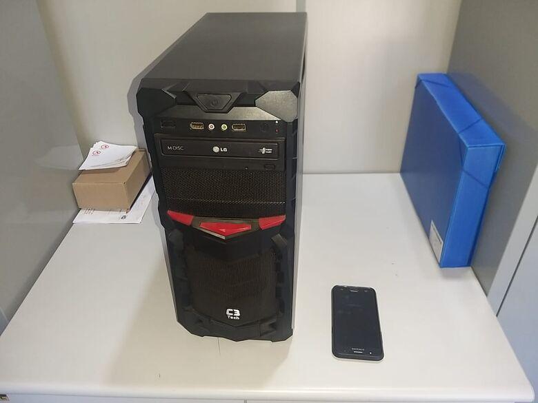 Computadores e outros materiais foram apreendidos durante a operação. - Crédito: São Carlos Agora