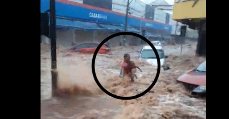 Homem e criança foram arrastados pela enchente - Crédito: Reprodução