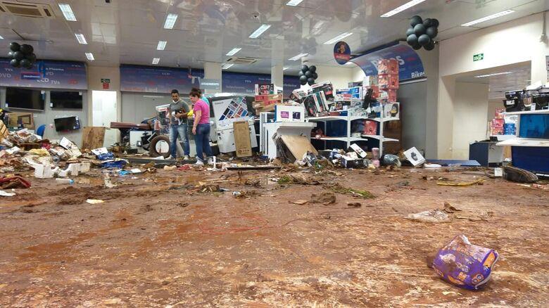 Eletro-domésticos empilhados no interior da loja - Crédito: São Carlos Agora