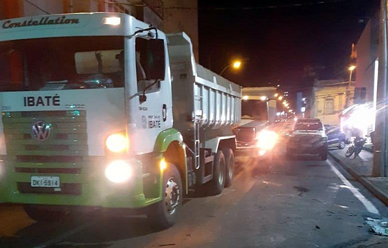 Caminhões da Prefeitura de Ibaté no Centro de São Carlos - Crédito: Divulgação