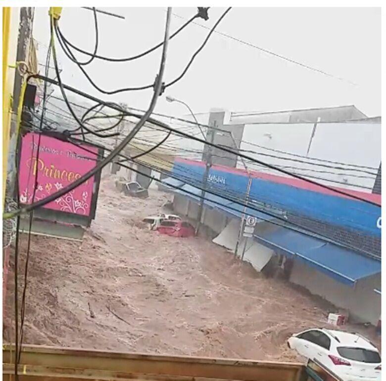 Portas das Casas Bahia são arrebentadas pela força da água - Crédito: Whatssapp SCA - (16) 99633-6036