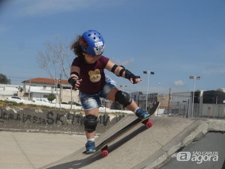 Durante treinos na pista de skate do Santa Felícia, 'ferinha' mostra talento na prancha: treinos semanais para apurar técnica - Crédito: Marcos Escrivani