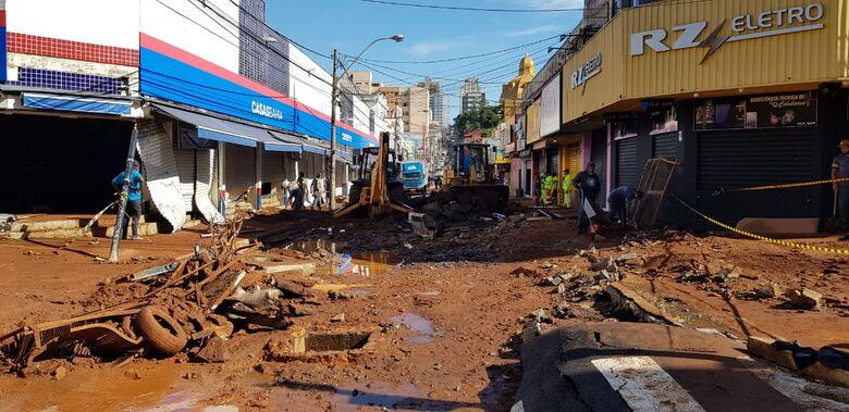 Rua Episcopal, perto do Calçadão teve o asfalto arrancado com a força da água - Crédito: Reprodução