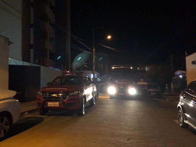Duas viaturas do Corpo de Bombeiros estiveram no edifício - Crédito: Whatssapp SCA - (16) 99633-6036