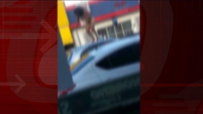 Mulher nua salta sobre veículo na Sallum. - Crédito: Reprodução