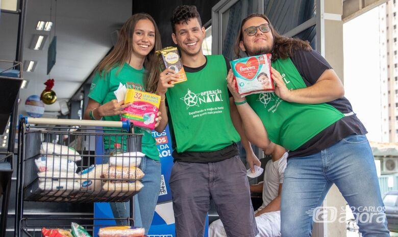 Universitários coletam alimentos em supermercado que serão doados para a população carente - Crédito: Divulgação