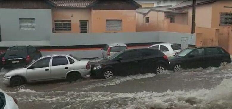 Carros são arrastados pela enxurrada na Raimundo Correa - Crédito: Whatssapp SCA - (16) 99633-6036
