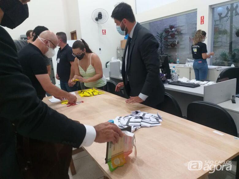 Funcionários do cartório fazem contagem dos votos registrados em cédulas de papel - Crédito: Abner Amiel