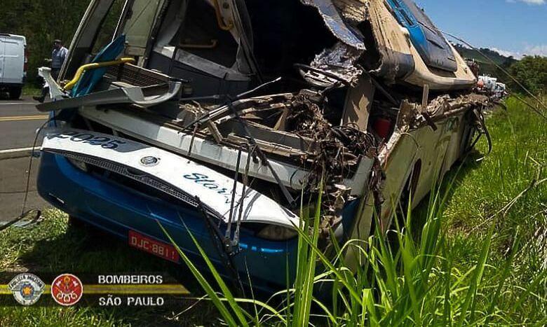Ônibus ficou destruído após a colisão - Crédito: Divulgação/Corpo de Bombeiros