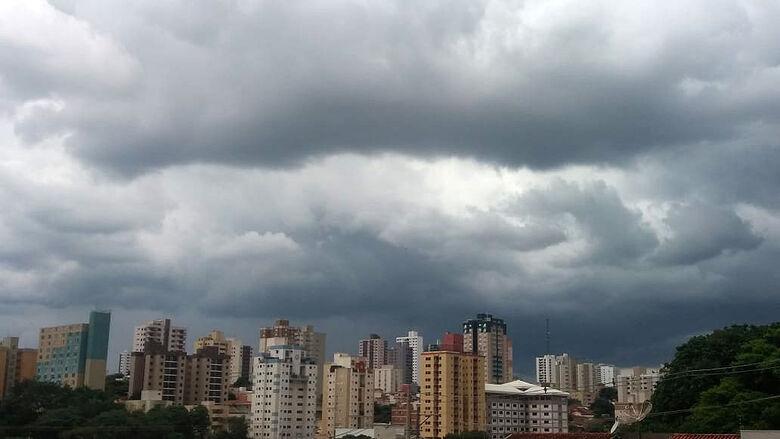 Foto mostra nuvens carregadas sobre o Centro de São Carlos - Crédito: Marcelo Zacarin/Whatsapp SCA