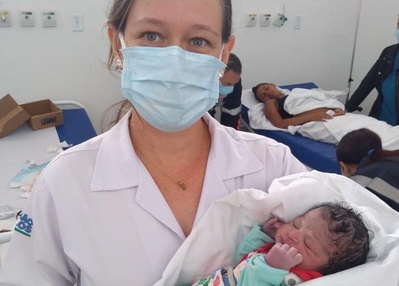 Dra Juliana Colombo segurando a pequena Vitória no colo - Crédito: Colaborador/SCA