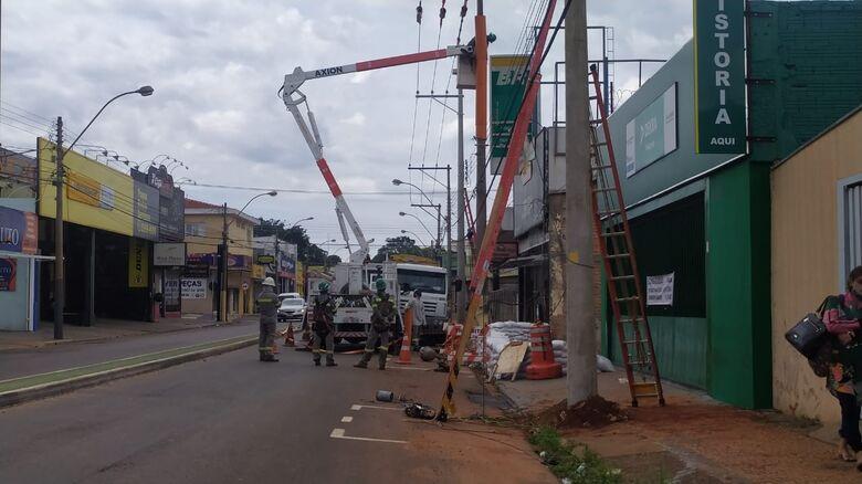 Trânsito é interditado em trecho da Avenida São Carlos para troca de poste - Crédito: Maycon Maximino