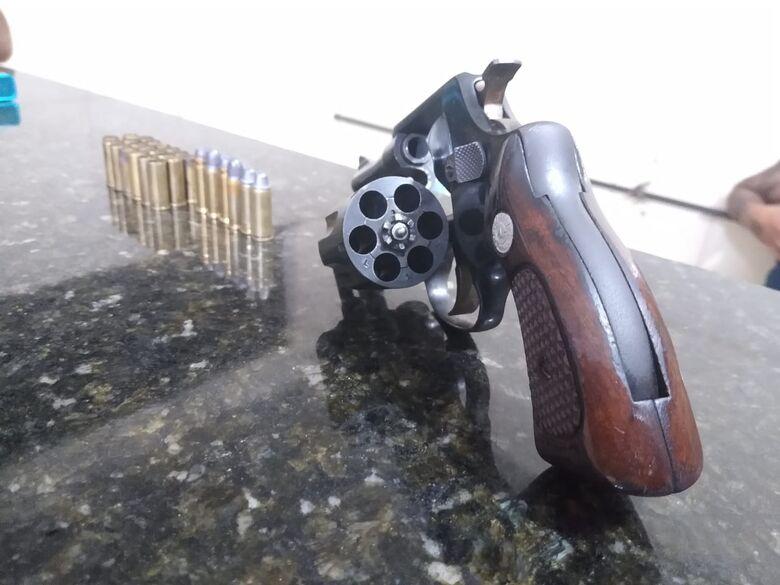 Homem é detido por porte ilegal de arma de fogo em Ibaté - Crédito: Luciano Lopes