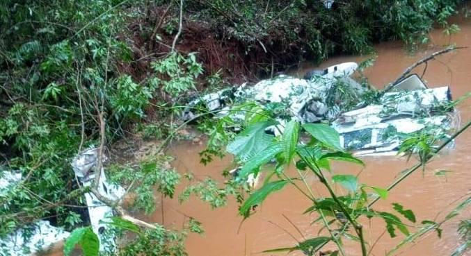 Destroços do avião de pequeno porte que caiu no interior do Paraná
