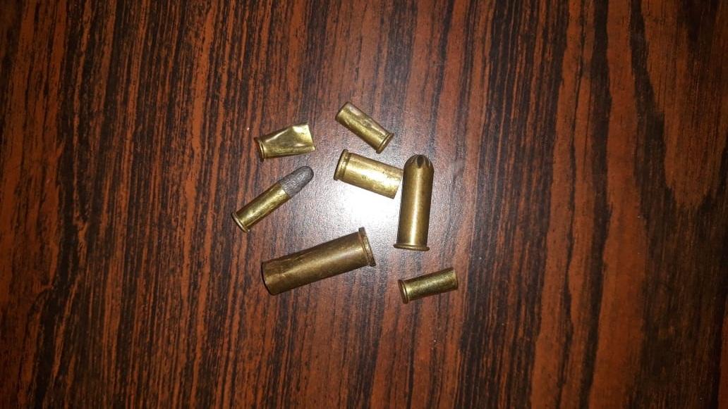 Dono de uma fábrica localizada no Distrito Industrial diz ter achado munições e cápsulas perto da empresa.