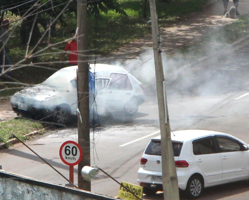 Principio de incêndio atingiu veículo na região do SESC