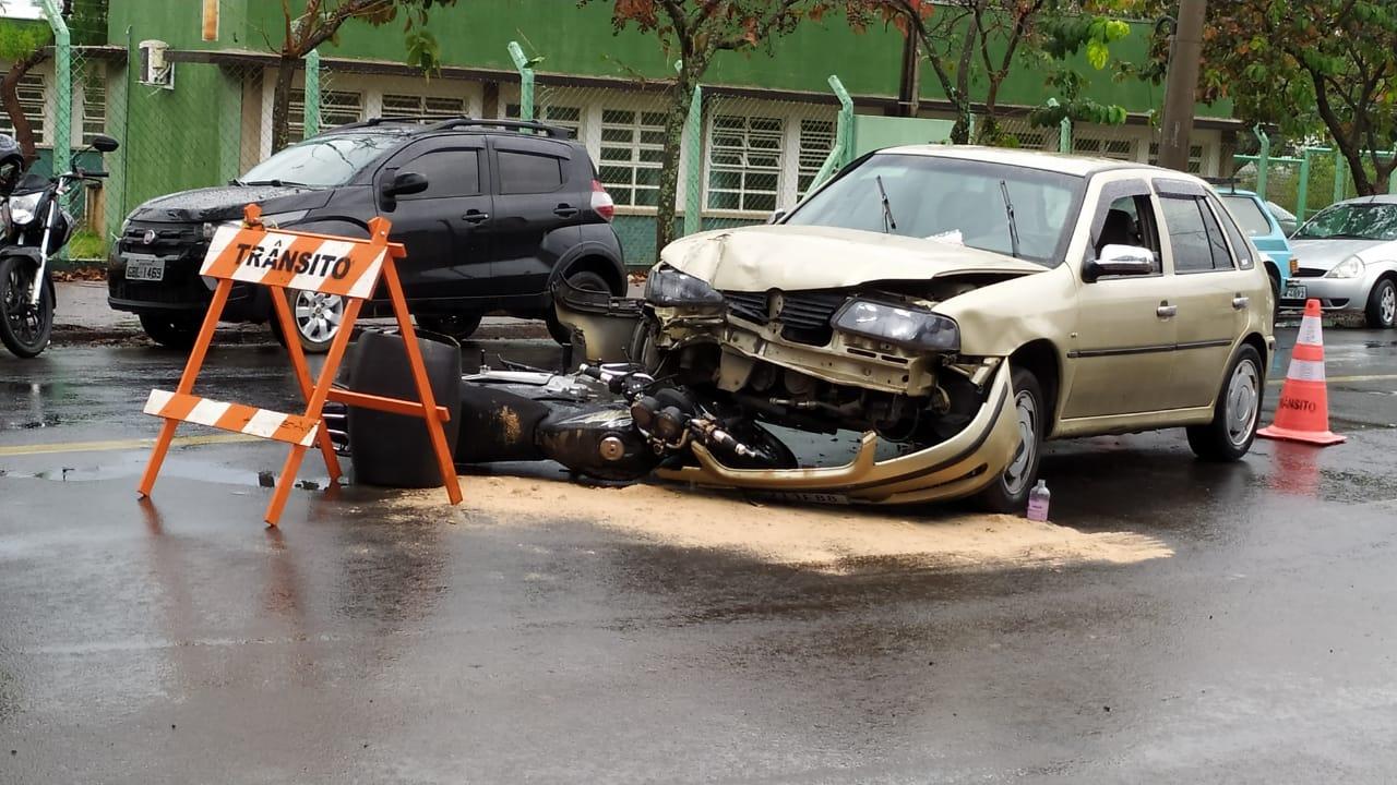 Impacto foi forte: colisão frontal mandou motociclista para a Santa Casa