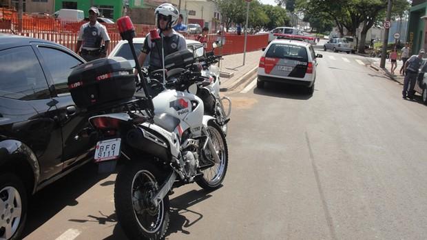 Policiais cercam o acusado; comparsas conseguem fugir