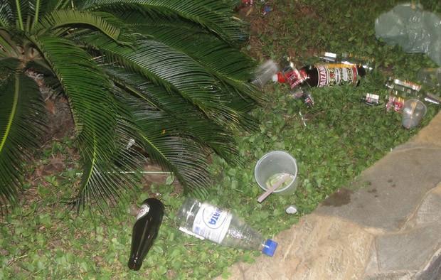 Garrafas de bebidas alcoólicas encontradas pela reportagem do SCA
