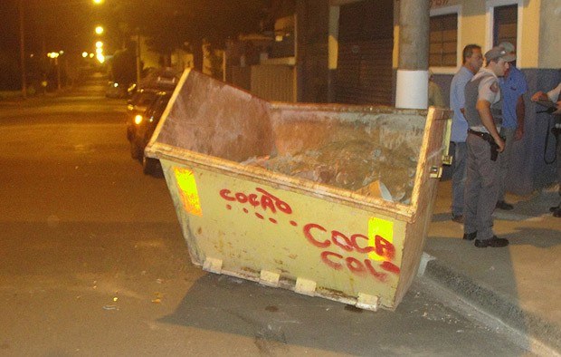 ...o motorista transitava pela rua Raimundo Correa e por motivos a serem esclarecidos acabou colidindo contra a caçamba. Ele não se feriu.