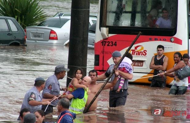 Policiais resgatam vítimas da enchente