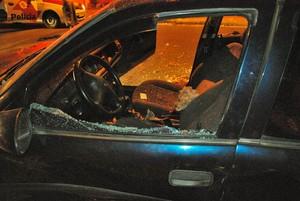 Carro do auxiliar foi atingido por tiros. (foto: Vinicius Neo/SCA)